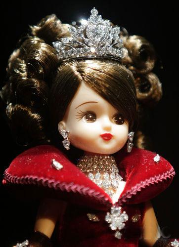 10亿日元 镶有881颗钻石丽嘉娃娃